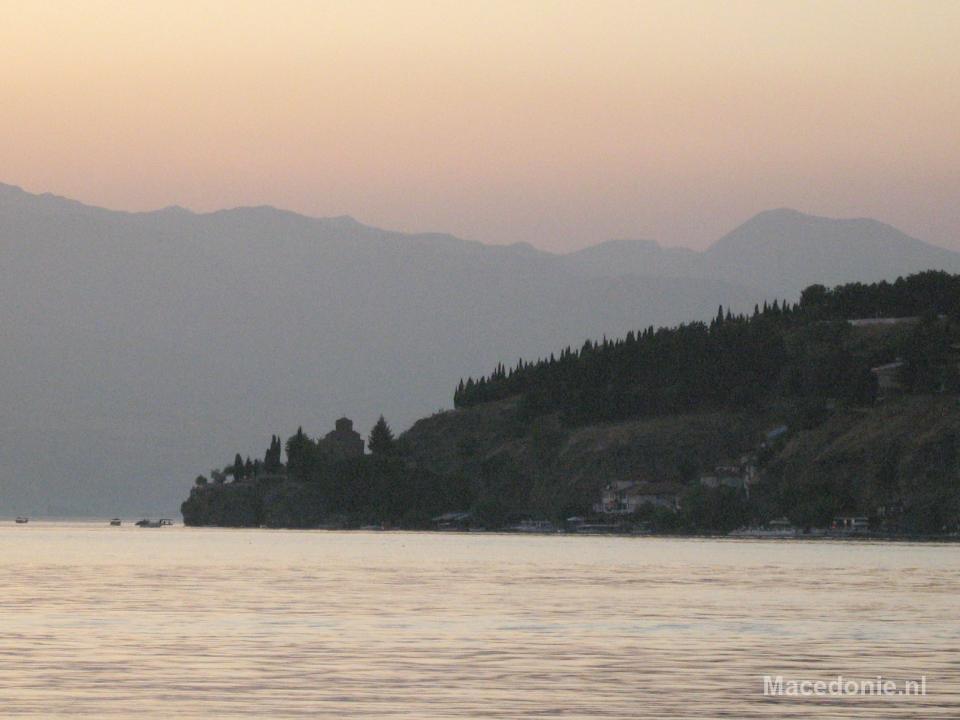 Kerkje van Ohrid in de verte