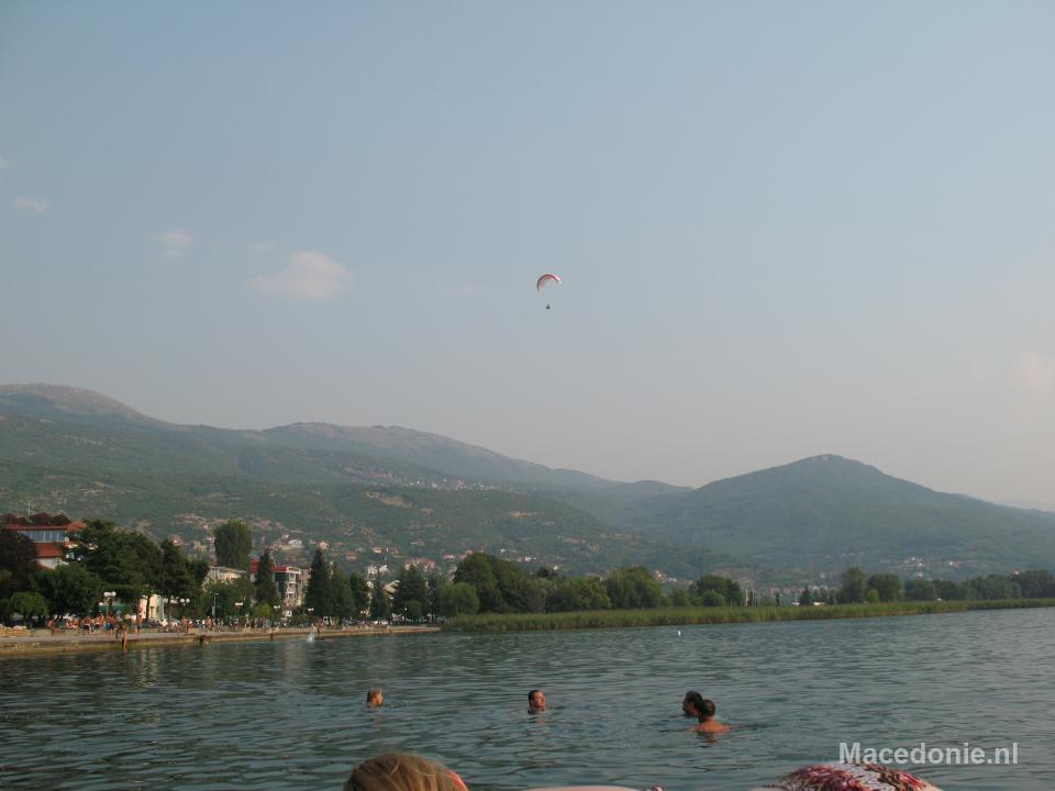 Paragliding over het meer